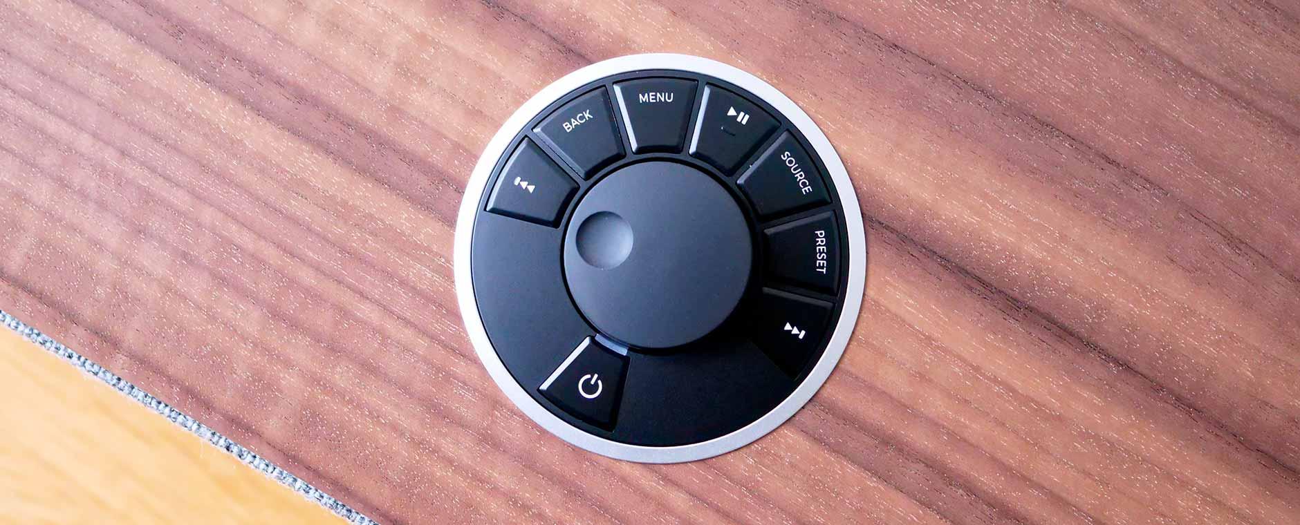 Sur le dessus de la mini-chaine Ruark Audio R5, une molette et des boutons de commande